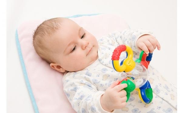Первая игрушка - погремушка малыша