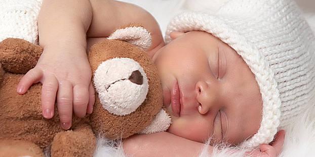 Почему новорожденный вздрагивает во сне, что делать