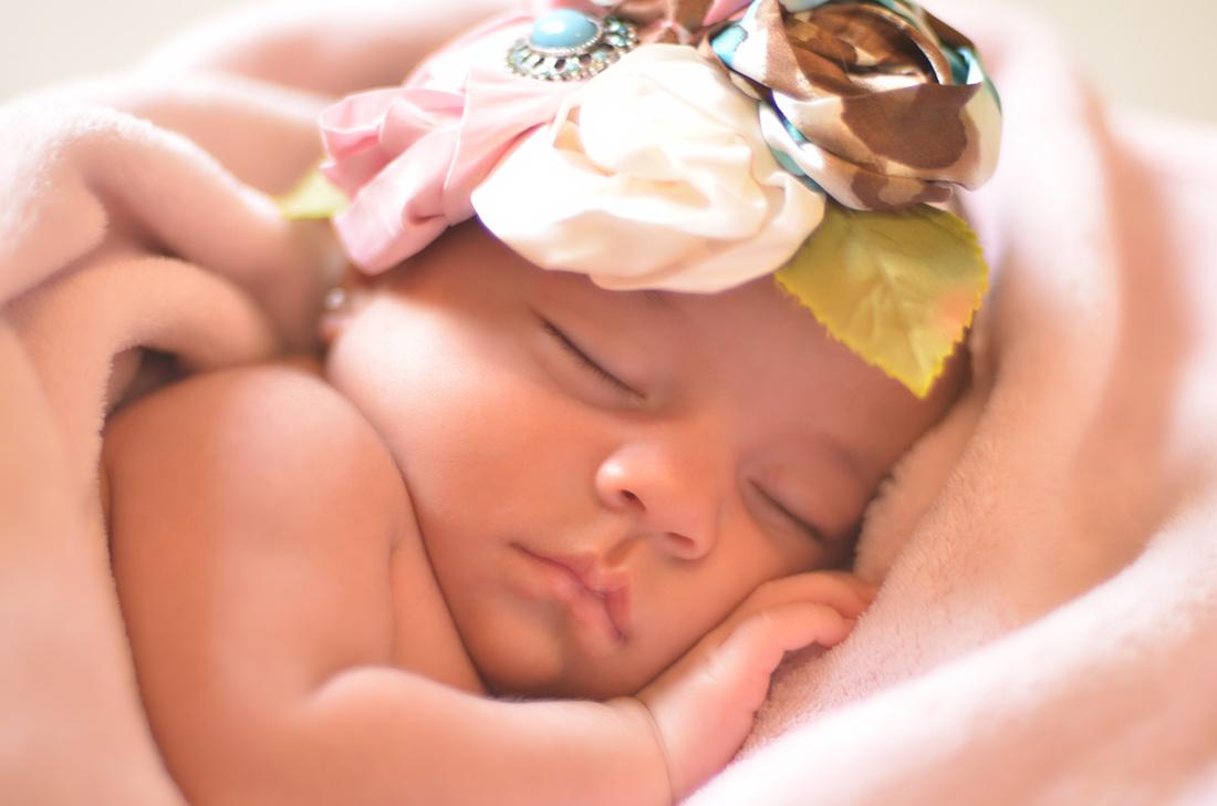 Почему новорожденный ребенок плохо спит ночью и днем