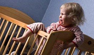 Почему ребенок истерит и капризничает перед сном