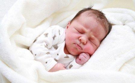 Кроватка и одежда для недоношенного малыша