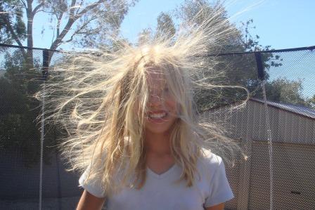 Электризуются волосы, что делать? Взрыв на голове