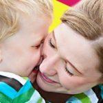 Ребенок плачет при расставании с родителями в детском саду